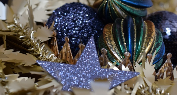 Christmas 2017 decorating theme metallic and dark blue