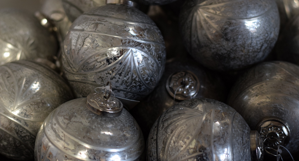 Christmas decoration trends 2017 metal baubles